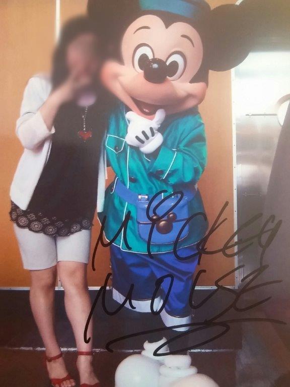 ミッキーの写真にサインをもらう