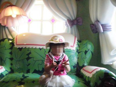ミニーの家のソファーに座る幼稚園児