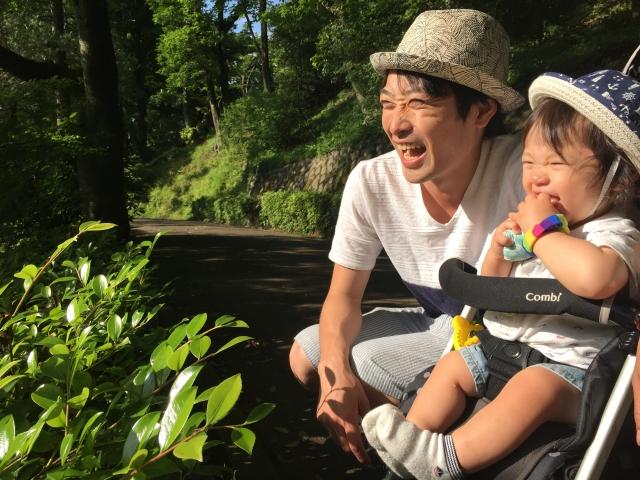 ベビーカーの赤ちゃんとお父さん