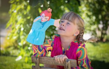 人形劇をしている女の子