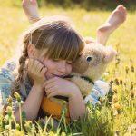 草原に寝転ぶ女の子
