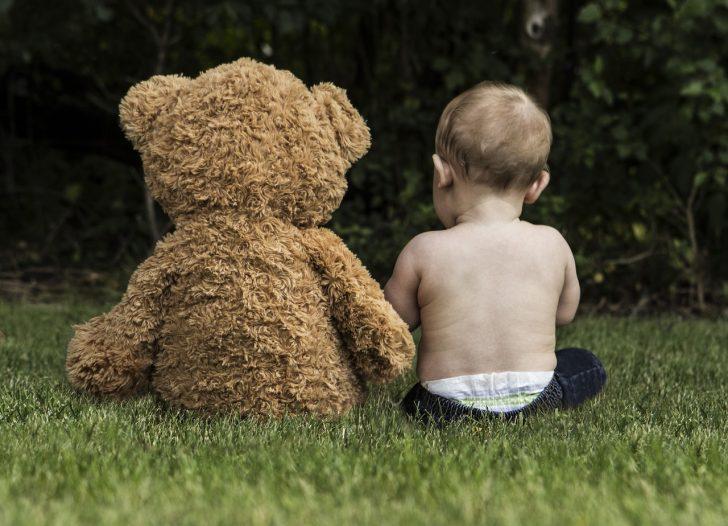 クマのぬいぐるみと赤ちゃん