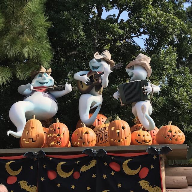 ディズニーランドハロウィンの飾りつけ