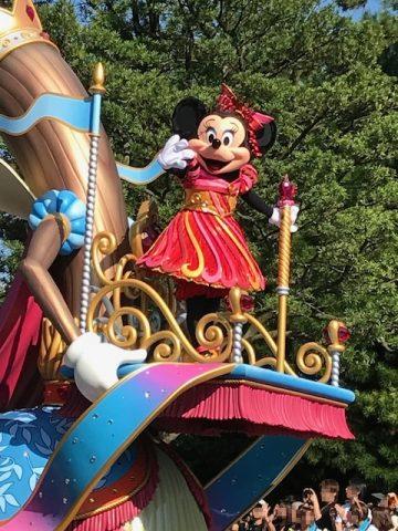 ディズニーランドのパレードのミニー