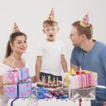 誕生日パーティーをする家族