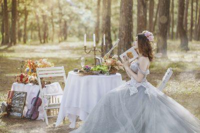 森の中で本を読む花嫁