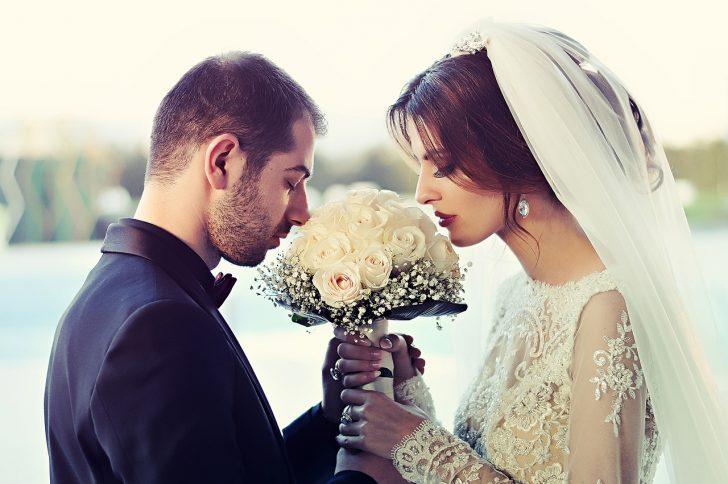 ブーケを持っている花嫁花婿