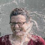 水しぶきがかかった女性